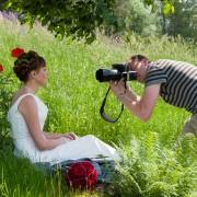 Bröllopsfotograf under en fotografering