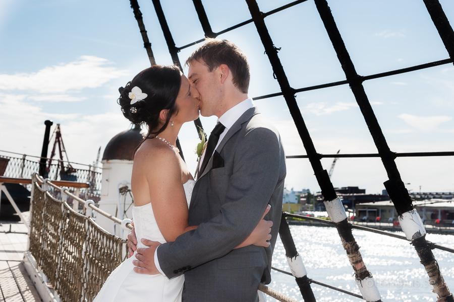 Bröllopsfotografering i Göteborg, med hav och blå himmel