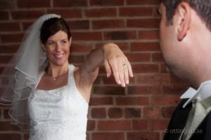 Stolt brud visar upp sin vigselring efter bröllopet