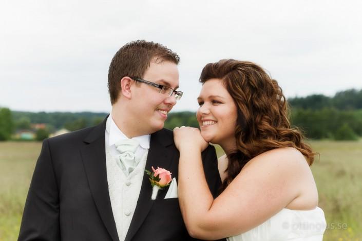 Bröllopsfoto på ett lyckligt brudpar
