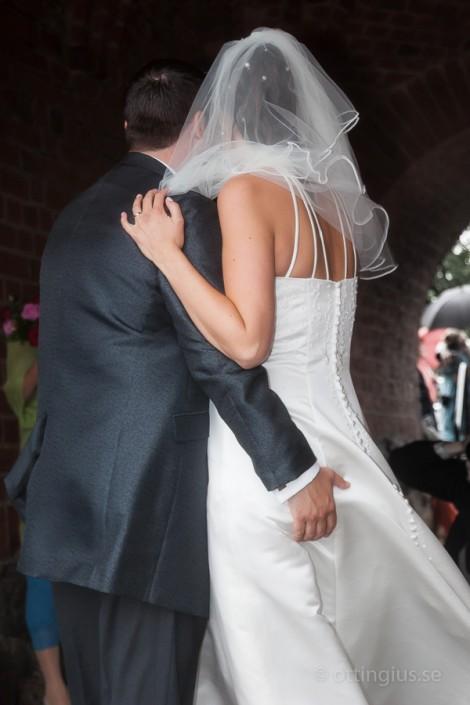 Brudgummen kan inte hålla händerna i styr efter vigseln