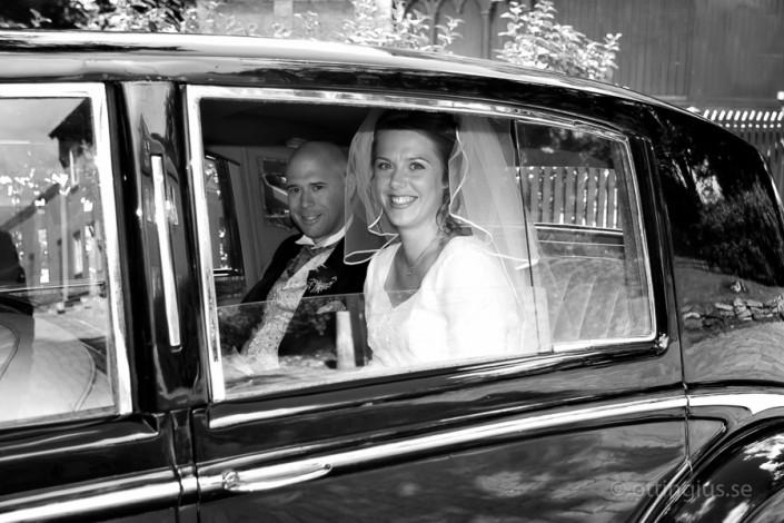Brudparet anländer till bröllopet och vigseln i S:ta Birgittas kapell