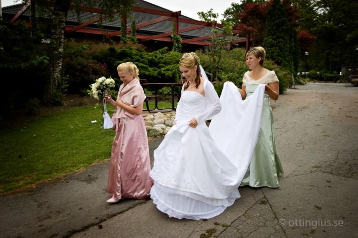 Bruden anländer till bröllopsfesten på Albatross golfkrog
