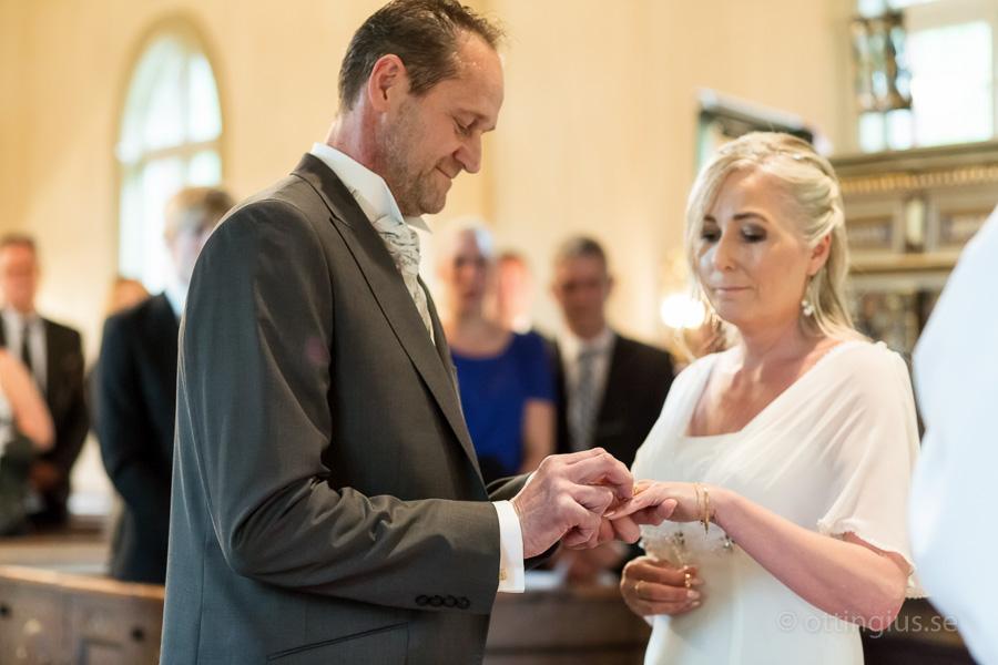 Bruden får sin vigselring i Råda kyrka, Mölnlycke
