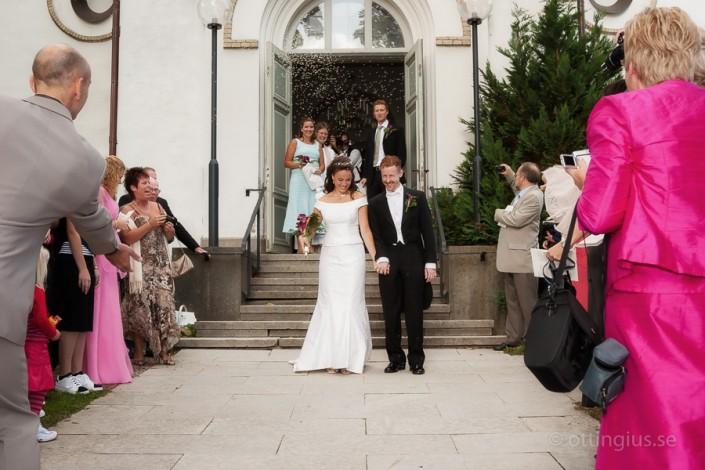 Brudparet gratuleras på kyrktrappan