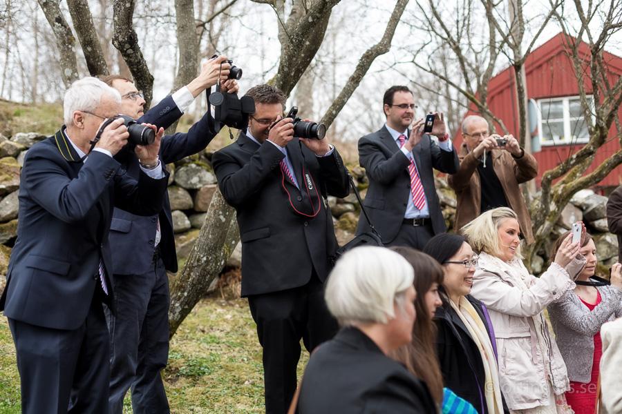 Alla vill fotografera brudparet efter vigseln