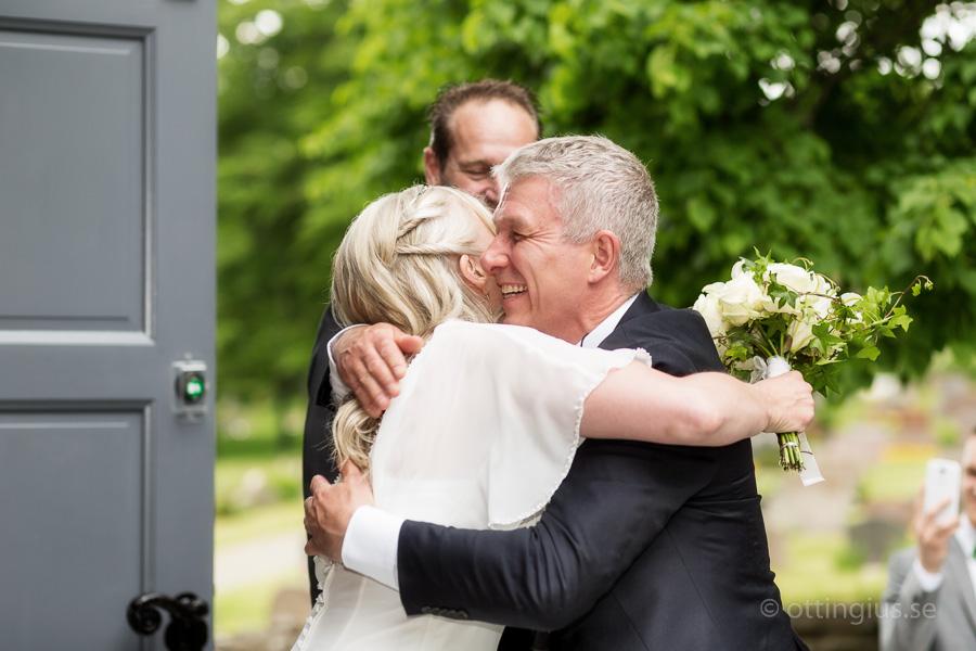 Bruden gratuleras efter vigseln