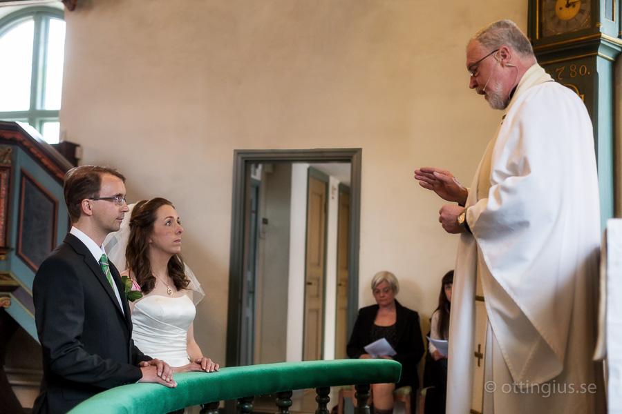 Prästen ger några goda råd till brud och brudgum