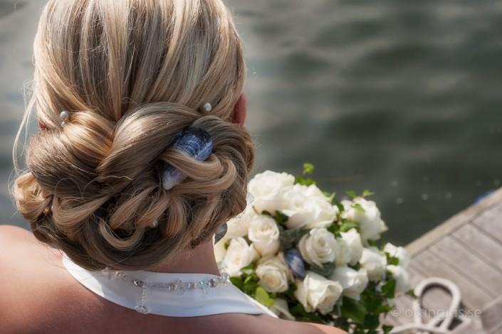Utsmycknad både i håruppsättning och bröllopsbukett