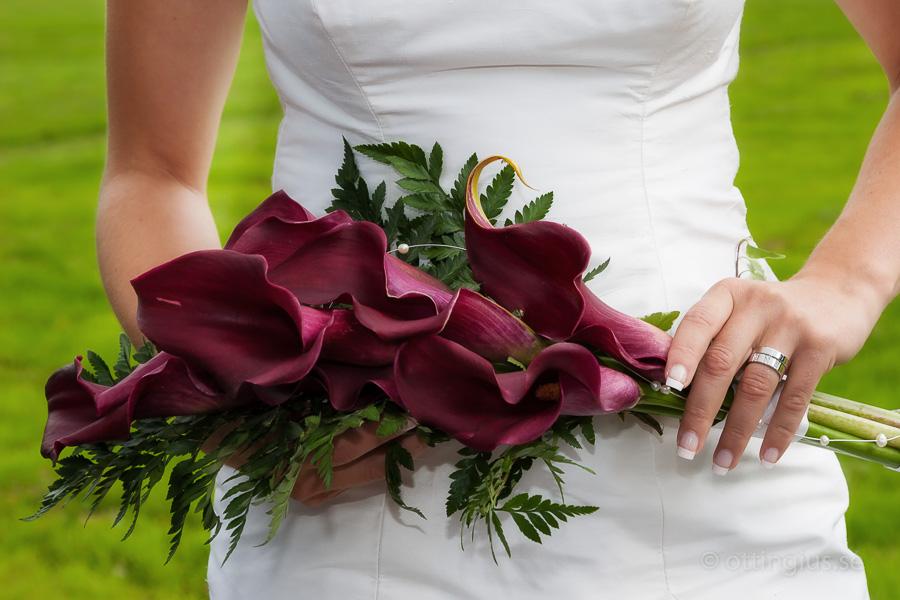 En mycket vacker brudbukett i rött, utsmyckad med pärlor