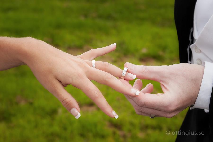 Bruden får sin vigselring av brudgummen