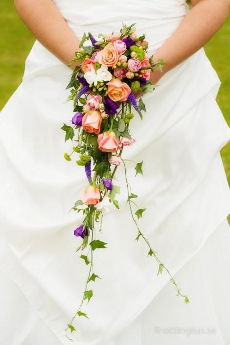 En hängande brudbukett, också kallad droppformad och klasformad bukett
