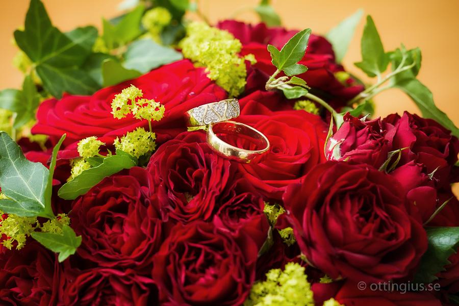 En trendig bröllopsbild, där man lägger ringarna ovanpå buketten när man fotograferar
