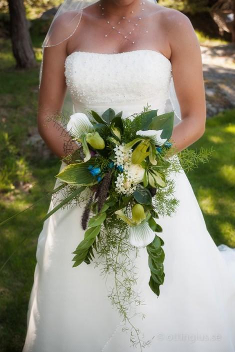 En vacker brudbukett som matchar både den vita klänningen och sommarens grönska