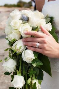 Klassisk bröllopsbild där man dokumenterar ringarna och buketten
