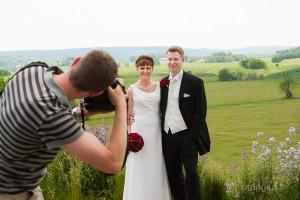 Bakom kameran vid en bröllopsfotografering